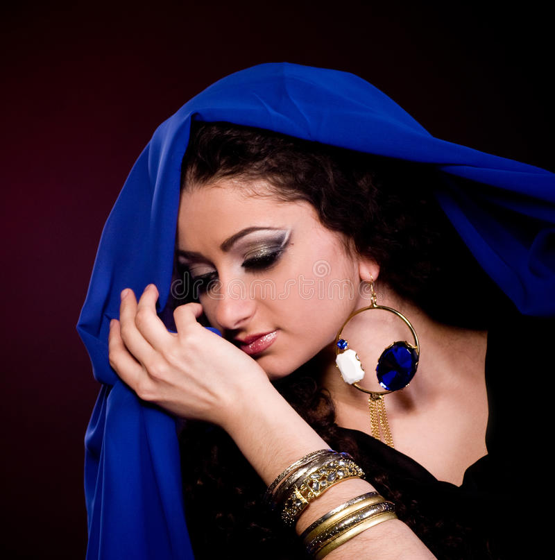 mulher na roupa do arabian da cor imagens de stock