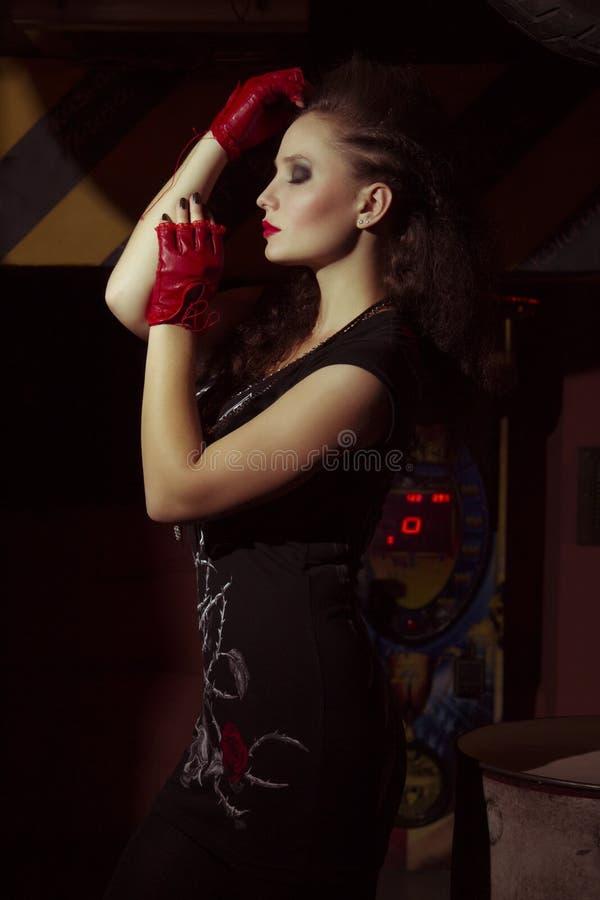 Mulher na roupa do estilo da rocha fotografia de stock