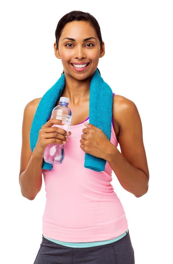 Mulher na roupa dos esportes que guarda a toalha e a garrafa de água foto de stock royalty free