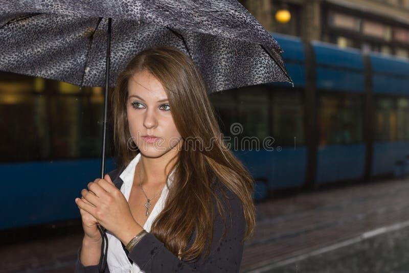 Mulher na rua durante a chuva foto de stock