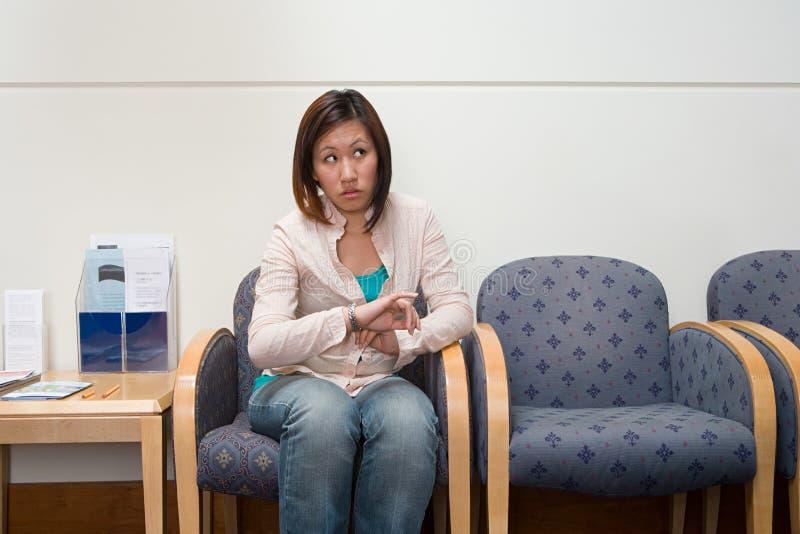 Mulher na sala de espera do hospital imagem de stock royalty free