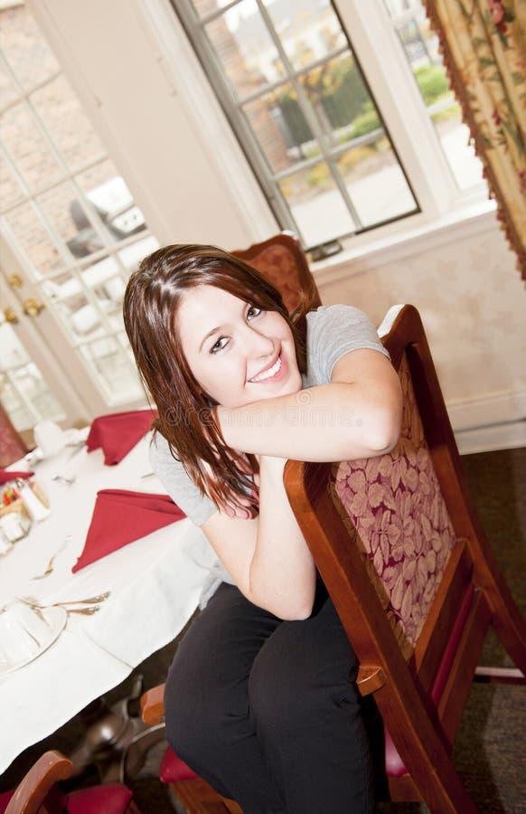 Mulher na sala de jantar fotografia de stock