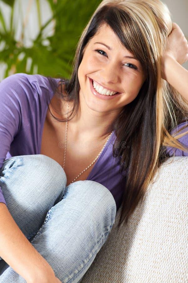 A mulher na sala de visitas está sorrindo imagem de stock royalty free