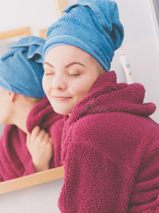 Mulher na toalha ap?s o chuveiro imagem de stock