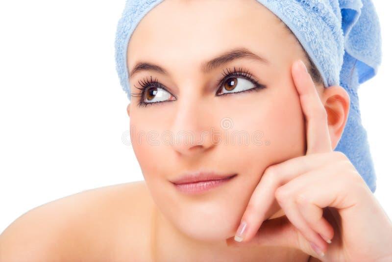 Mulher na toalha azul fotografia de stock