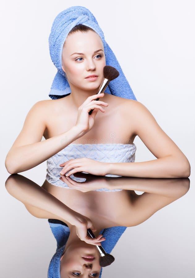 Mulher na toalha de banho azul na cabeça com escova da composição fotos de stock