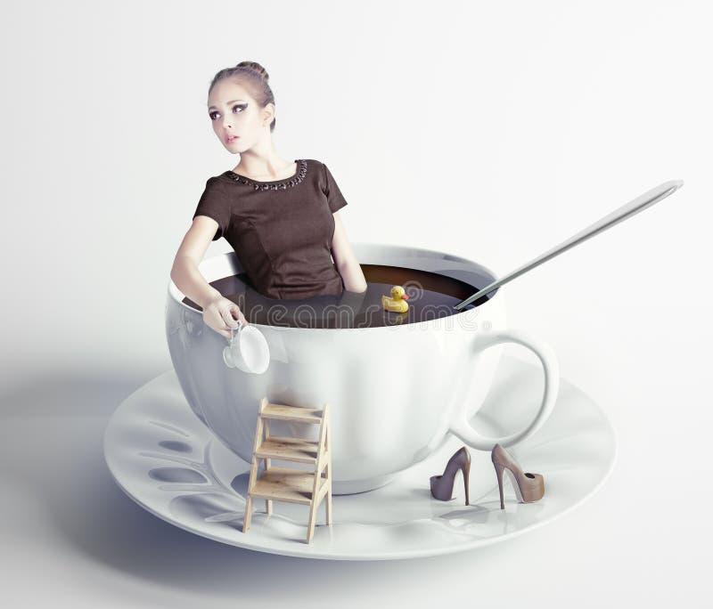 Mulher na xícara de café fotografia de stock