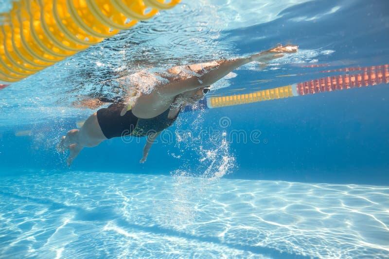 A mulher nada debaixo d'água imagens de stock royalty free