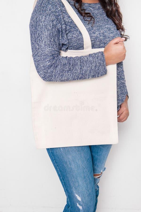 Mulher nas calças de brim que guardam o saco vazio Modelo para o projeto fotografia de stock