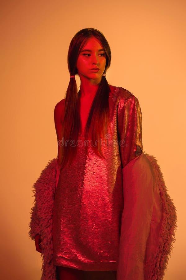 Mulher nas luzes brilhantes coloridas que levantam, retrato do modelo de alta-costura da menina bonita com composição na moda fotografia de stock royalty free
