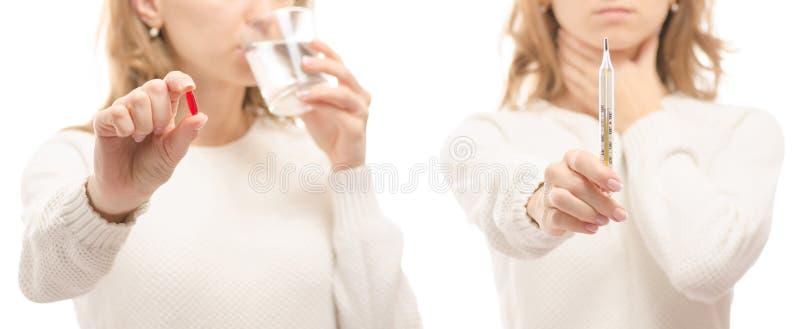 Mulher nas mãos de uma tabuleta de um vidro do grupo frio da doença da gripe da medicina saudável ajustada do termômetro da água foto de stock