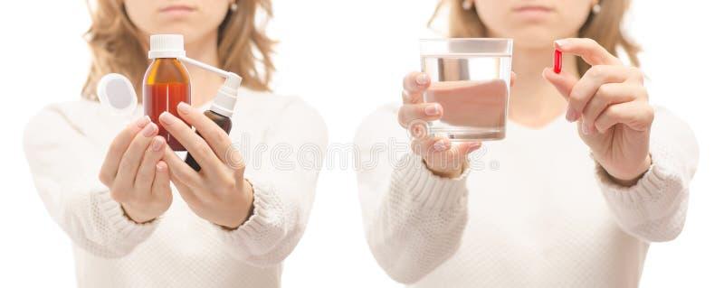 Mulher nas mãos de uma tabuleta de um vidro do pulverizador de água um grupo frio da doença da gripe da medicina saudável da garg foto de stock royalty free