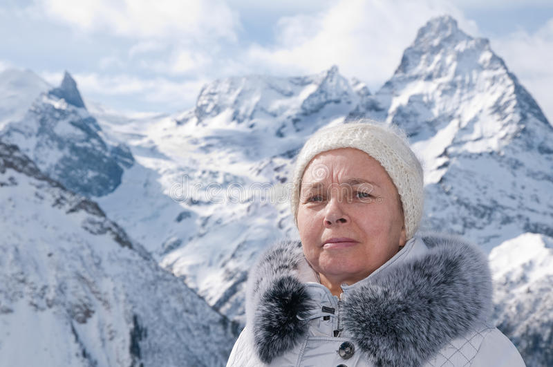 A mulher nas montanhas. fotografia de stock royalty free