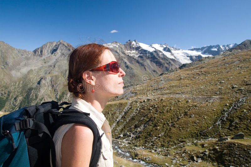 Mulher nas montanhas fotografia de stock