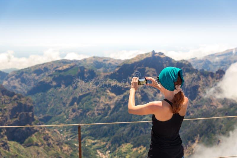 Mulher nas montanhas imagem de stock royalty free