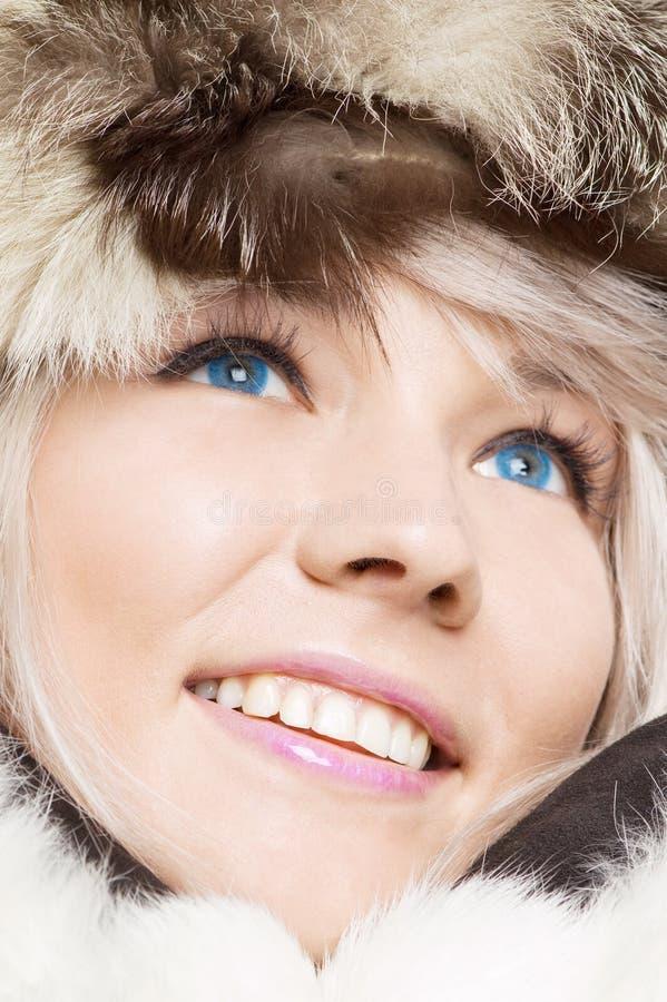 Mulher nas peles com contatos azuis fotos de stock