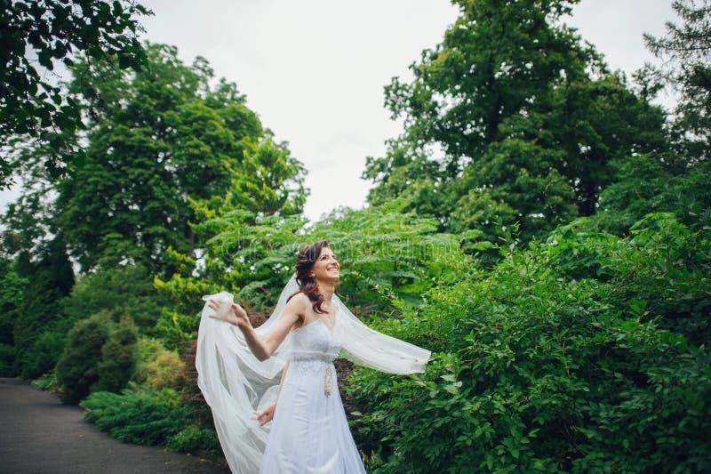 Download Mulher Nas Poses Brancas No Jardim Imagem de Stock - Imagem de elegante, união: 107529193