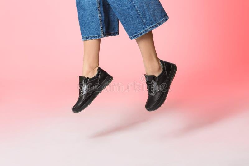 Mulher nas sapatas à moda que saltam no fundo da cor, close up fotos de stock royalty free