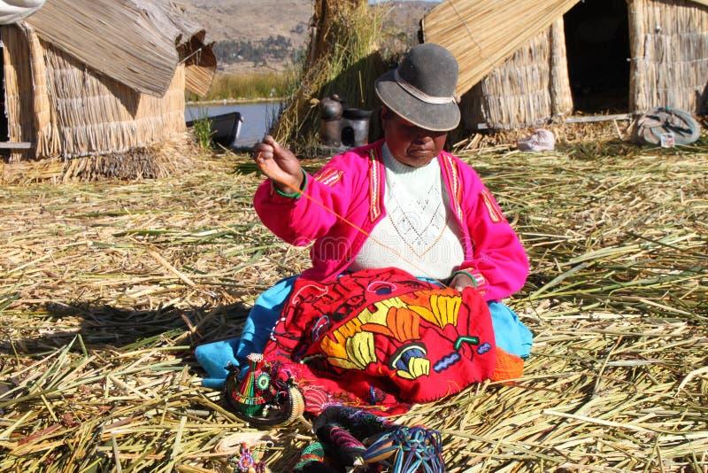 Mulher nativa de Uros, Peru fotografia de stock