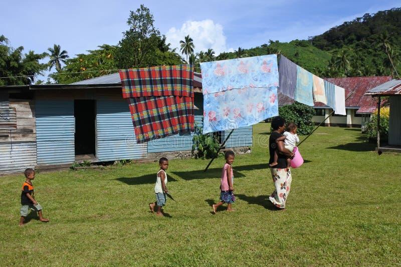 Mulher nativa do Fijian e suas crianças em uma vila local Fiji foto de stock royalty free