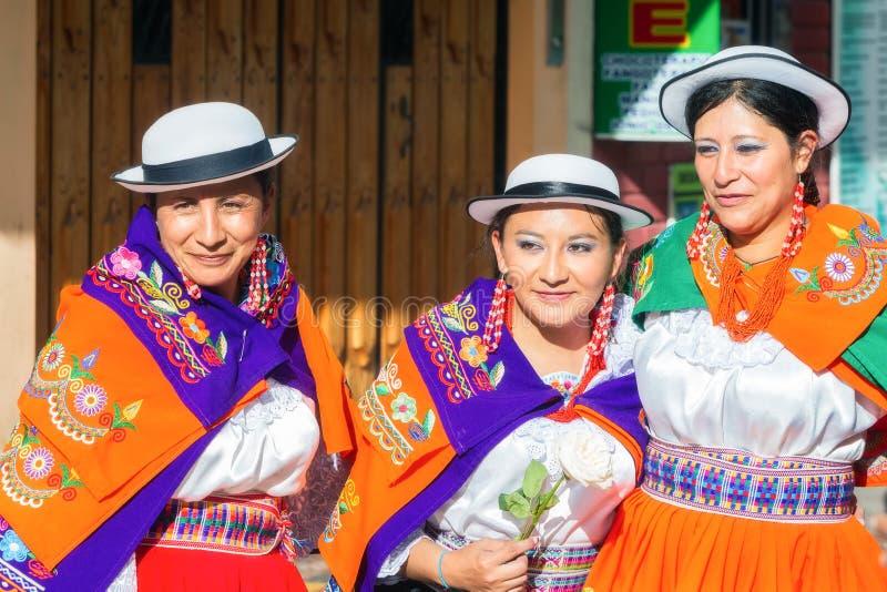 Mulher nativa que comemora em ruas da cidade de Banos imagem de stock royalty free