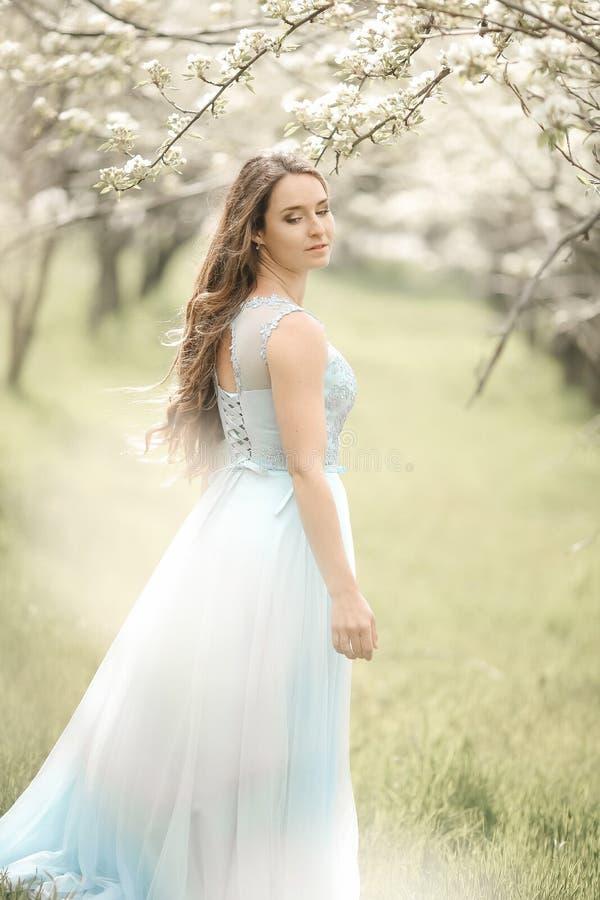 Mulher natural bonita no jardim da ma?? foto de stock royalty free