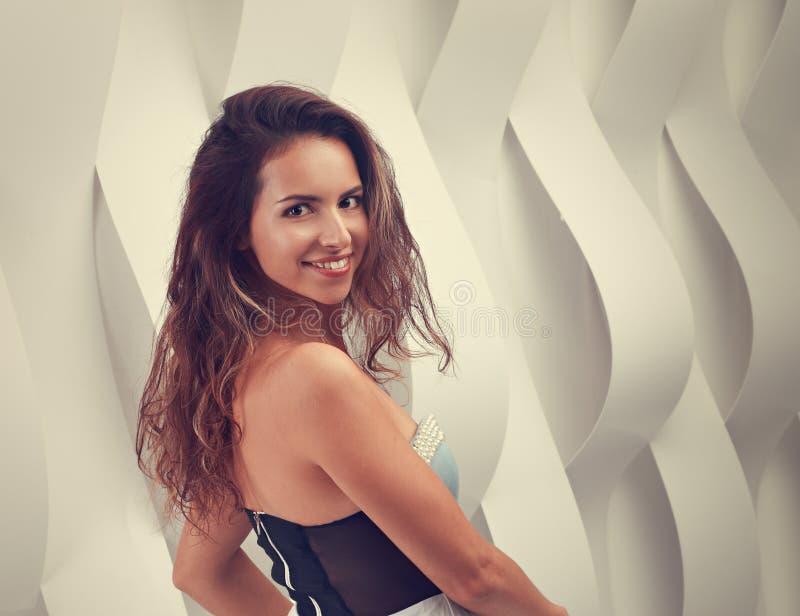 Mulher natural de sorriso feliz de latina da composição que gira em d romântico fotografia de stock