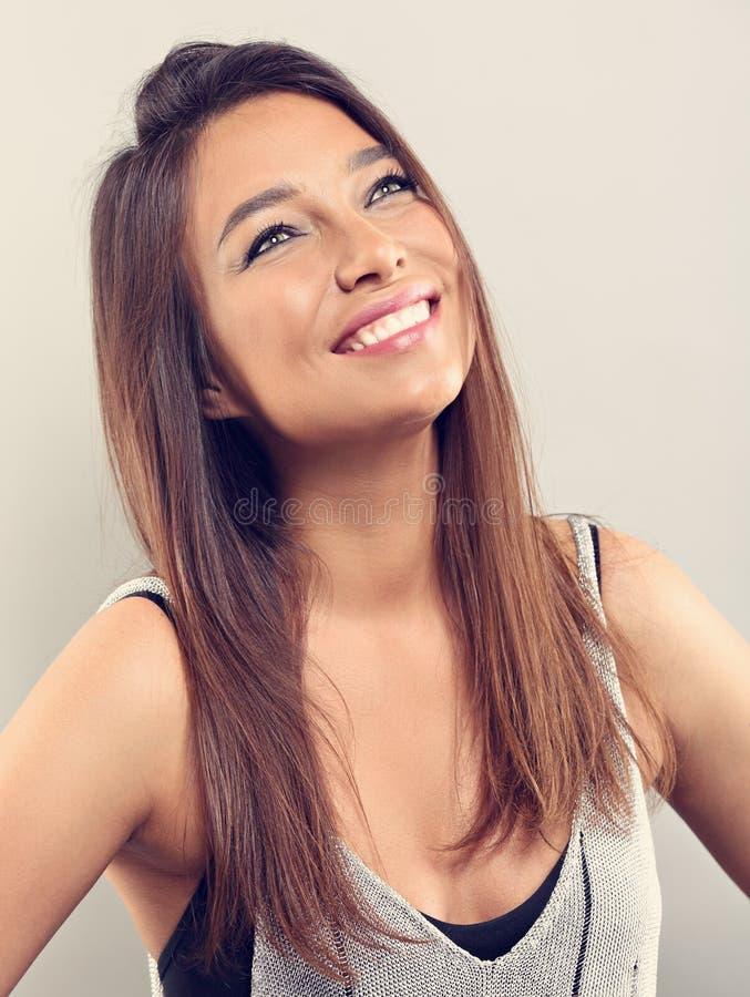 Mulher natural de sorriso feliz de latina da composição que levanta com cabelos longos fotos de stock royalty free