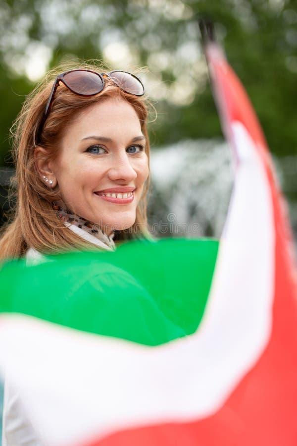 Mulher natural nova feliz com o sorriso que guarda a bandeira húngara imagens de stock royalty free