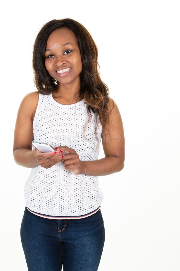 Mulher-negra africana usando o celular inteligente fotos de stock royalty free