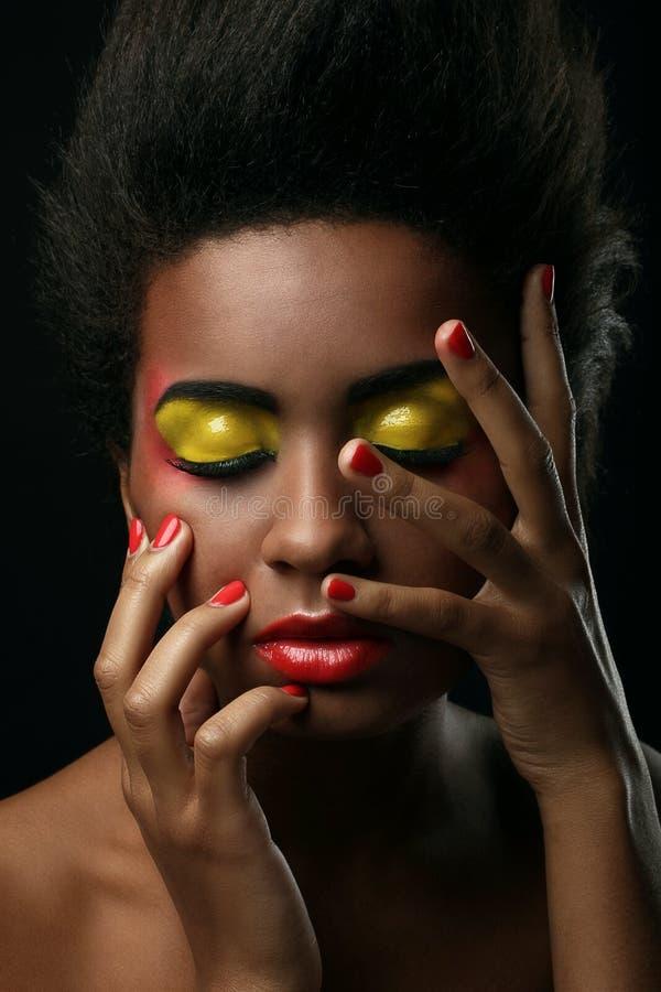 Mulher negra bonita com composição lustrosa imagem de stock