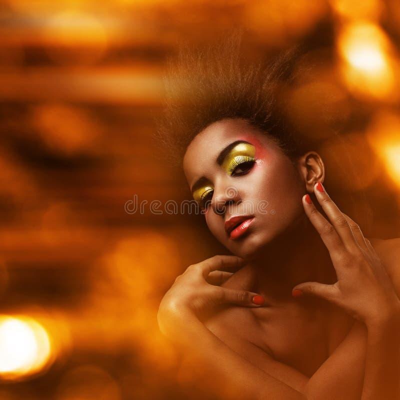 Mulher negra bonita com composição lustrosa fotos de stock royalty free