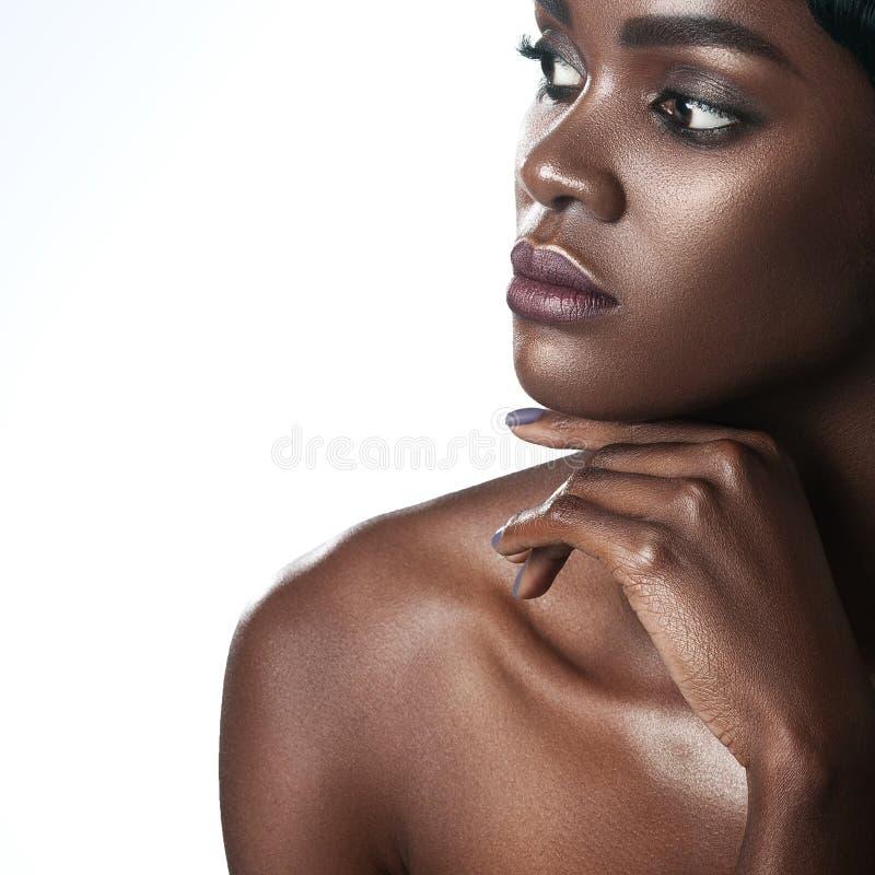 Mulher negra bonita nova com composição perfeita limpa da pele foto de stock