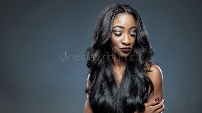Mulher negra com cabelo brilhante luxuoso longo imagens de stock royalty free