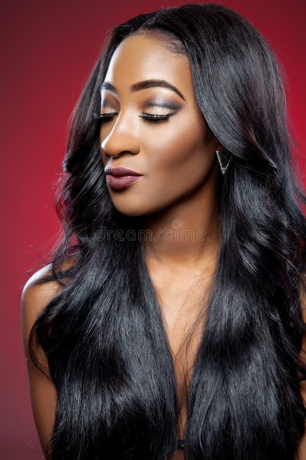 Mulher negra com cabelo brilhante luxuoso longo imagens de stock