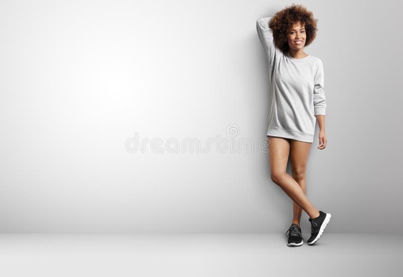 Mulher negra com a camiseta do wearng do cabelo encaracolado como um vestido imagens de stock royalty free