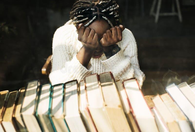 Mulher negra com emoção deprimida fotografia de stock