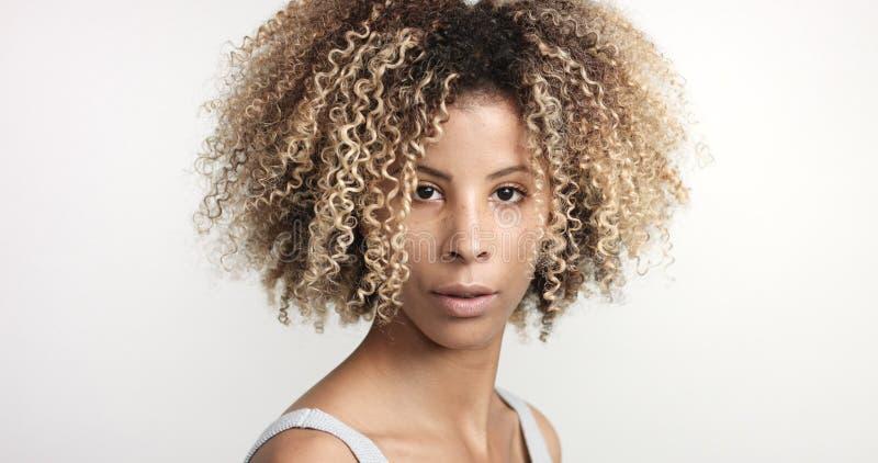 Mulher negra com o retrato hiar afro encaracolado fotografia de stock royalty free