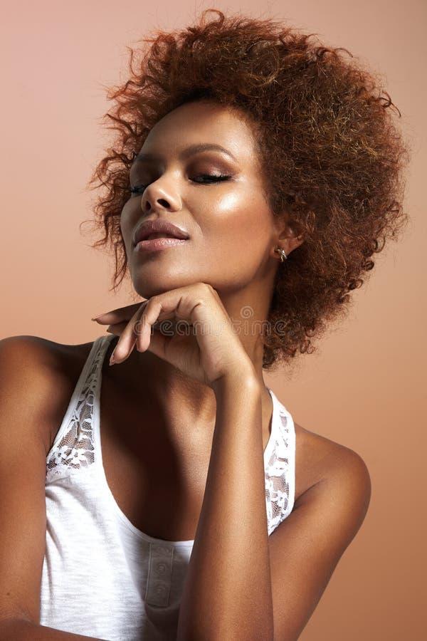 Mulher negra com pele ideal fotos de stock
