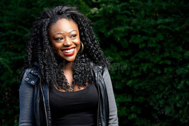 Mulher negra consideravelmente nova feliz exterior imagens de stock royalty free