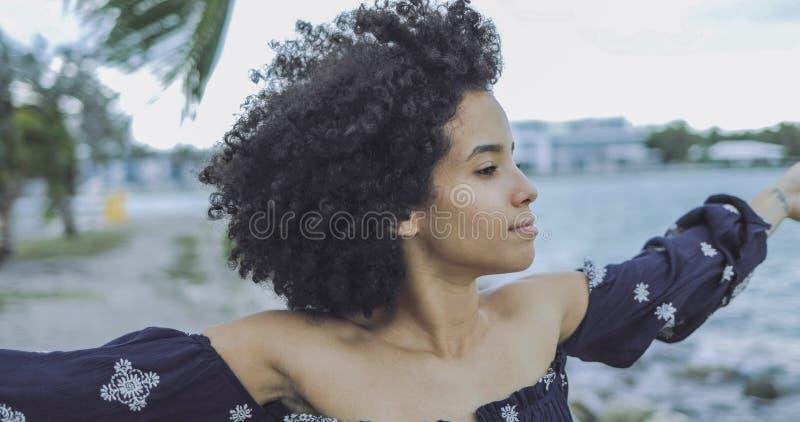 Mulher negra de relaxamento que aprecia o vento fresco foto de stock