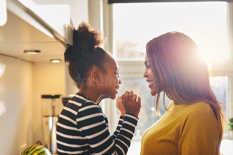 Mulher negra e sorriso pequeno da filha imagens de stock royalty free