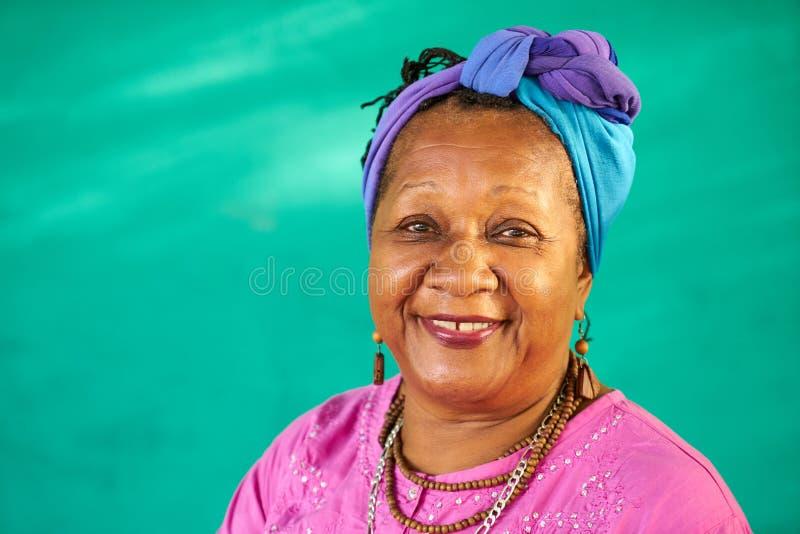 Mulher negra idosa do retrato real dos povos que sorri na câmera foto de stock