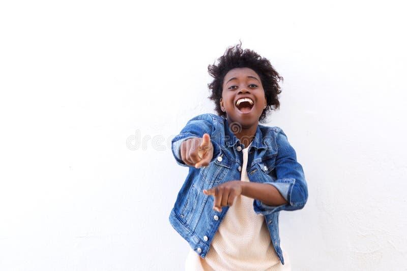 Mulher negra nova alegre que aponta os dedos foto de stock