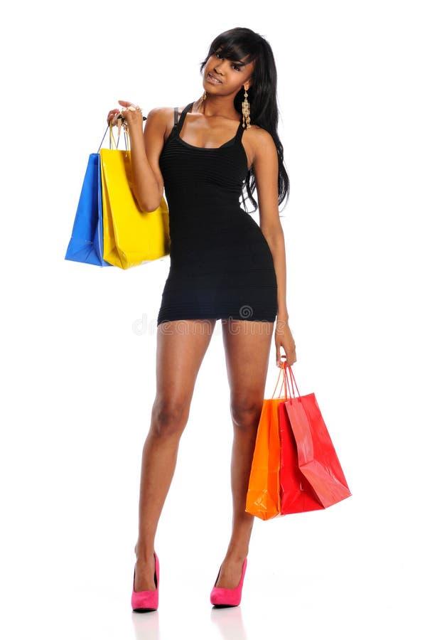 Mulher negra nova com sacos de compras foto de stock royalty free