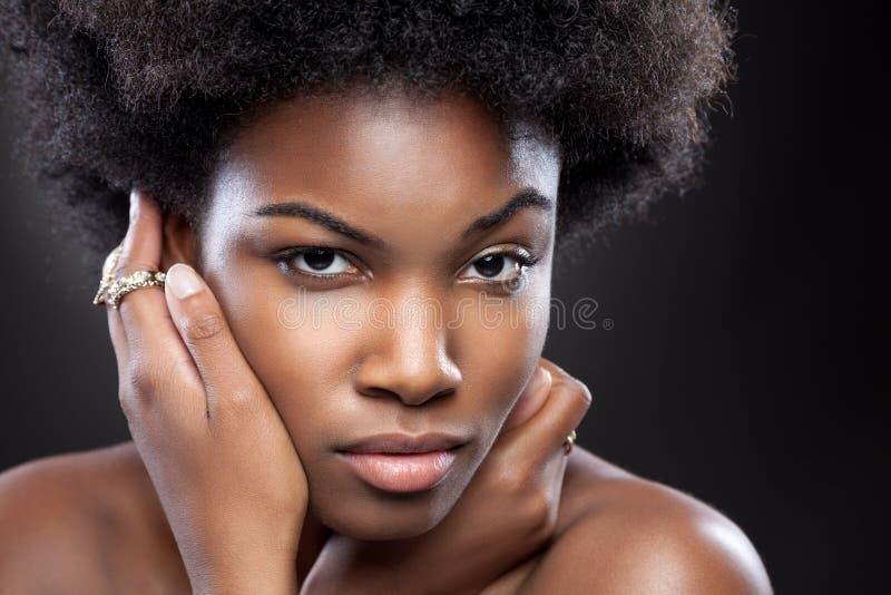Mulher negra nova e bonita fotografia de stock