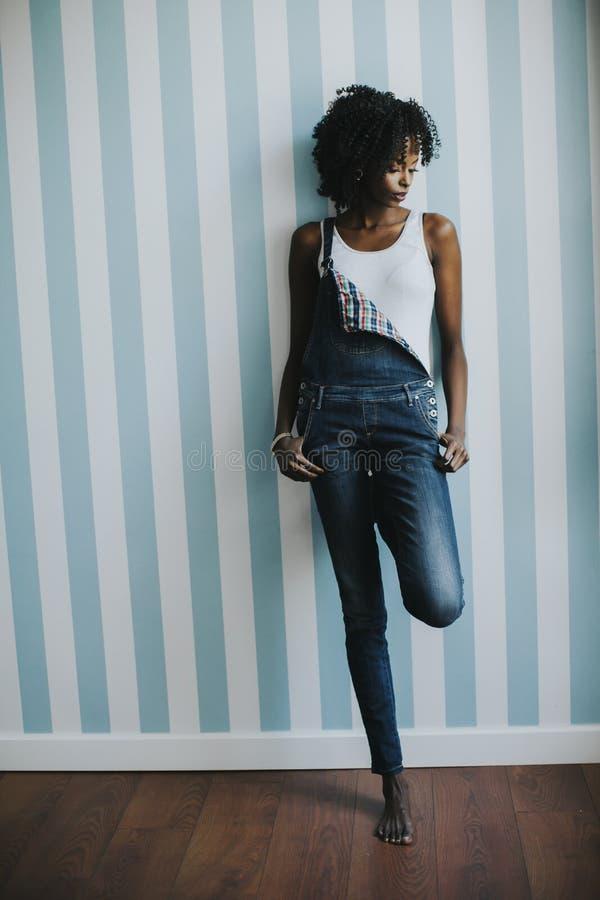 Mulher negra nova int ele sala fotografia de stock