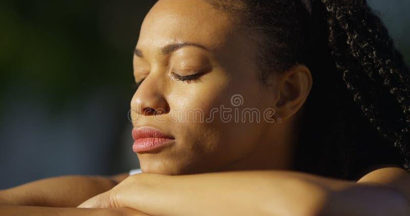 Mulher negra que grita fora fotos de stock royalty free
