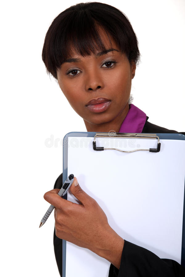 Mulher negra que guarda a prancheta. imagens de stock royalty free
