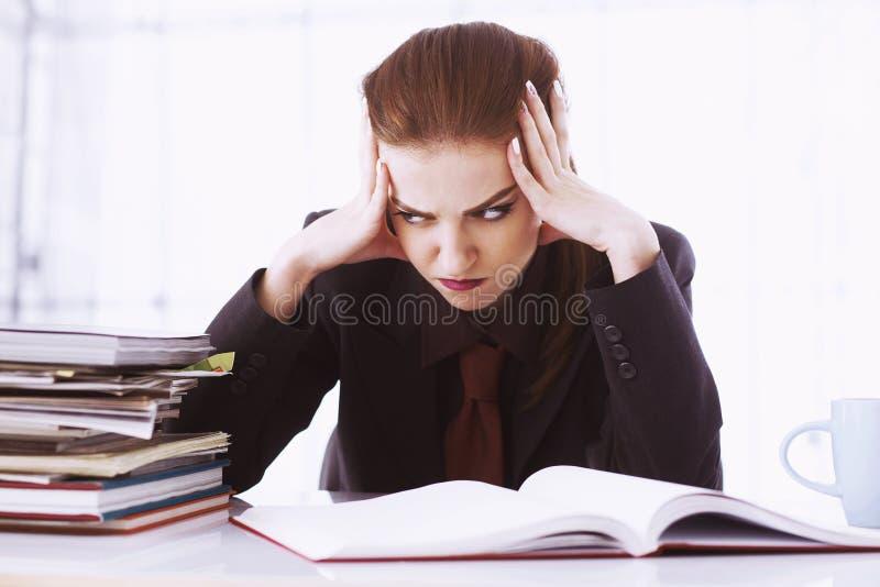 Mulher nervosa que trabalha com originais retrato psicológico, AG fotos de stock
